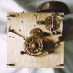 Uhrwerk einer Biedermeieruhr mit Wecker aus dem Schwarzwald 19. jahrhundert - Fotoaufname 05.04.2005